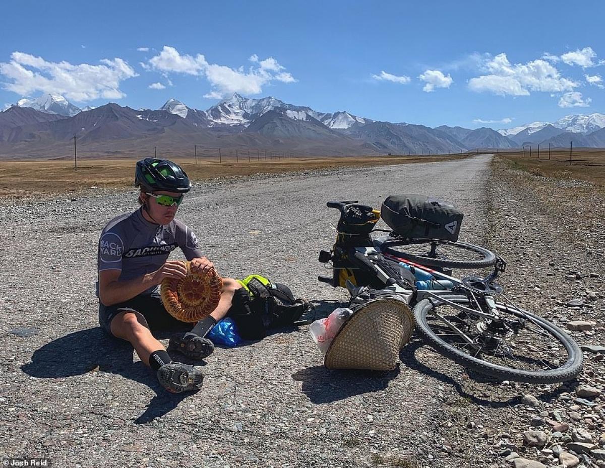 Josh Reid nghỉ ngơi trên đường cao tốc Pamir, Kyrgyzstan.