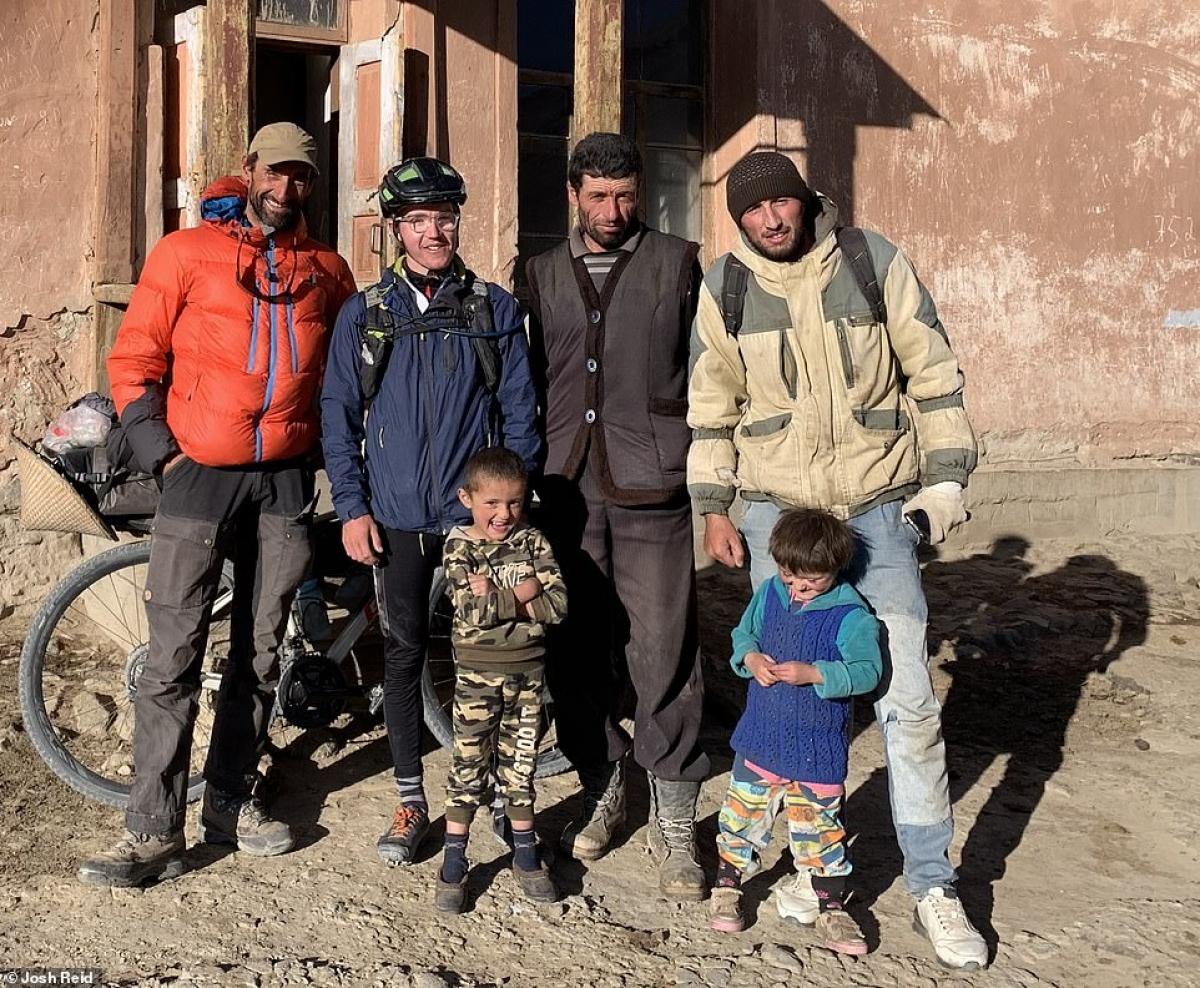 Những người Tajikistan đã cung cấp chỗ ngủ và đồ ăn cho Josh Reid.