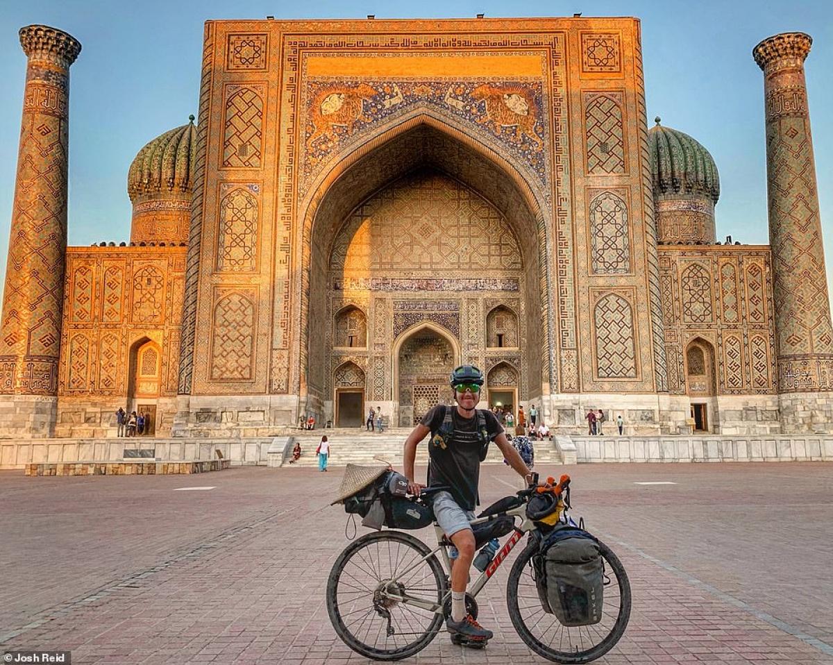 Josh Reid tại thành phố cổ Samarkand, Uzbekistan.