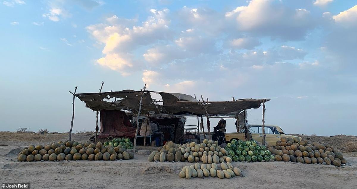 Một quầy dưa hấu tại Uzbekistan cho Josh ngủ nhờ và thưởng thức dưa hấu miễn phí.