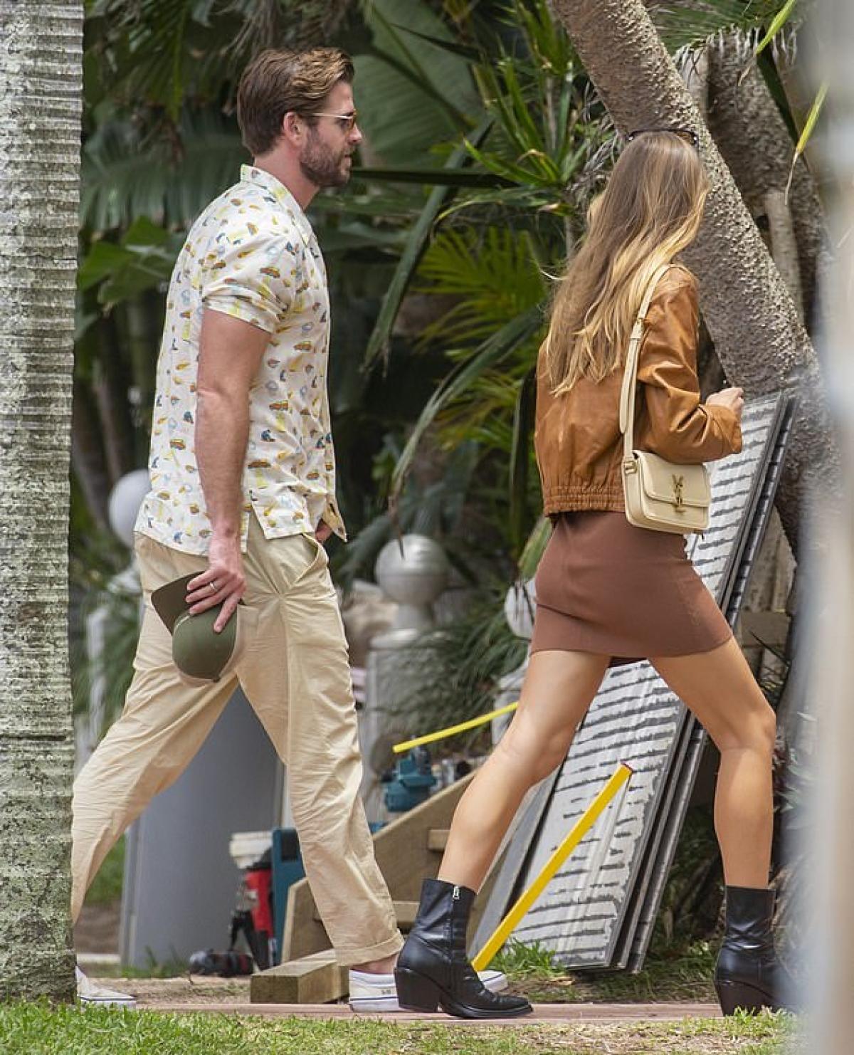 Liam Hemsworth và bạn gái