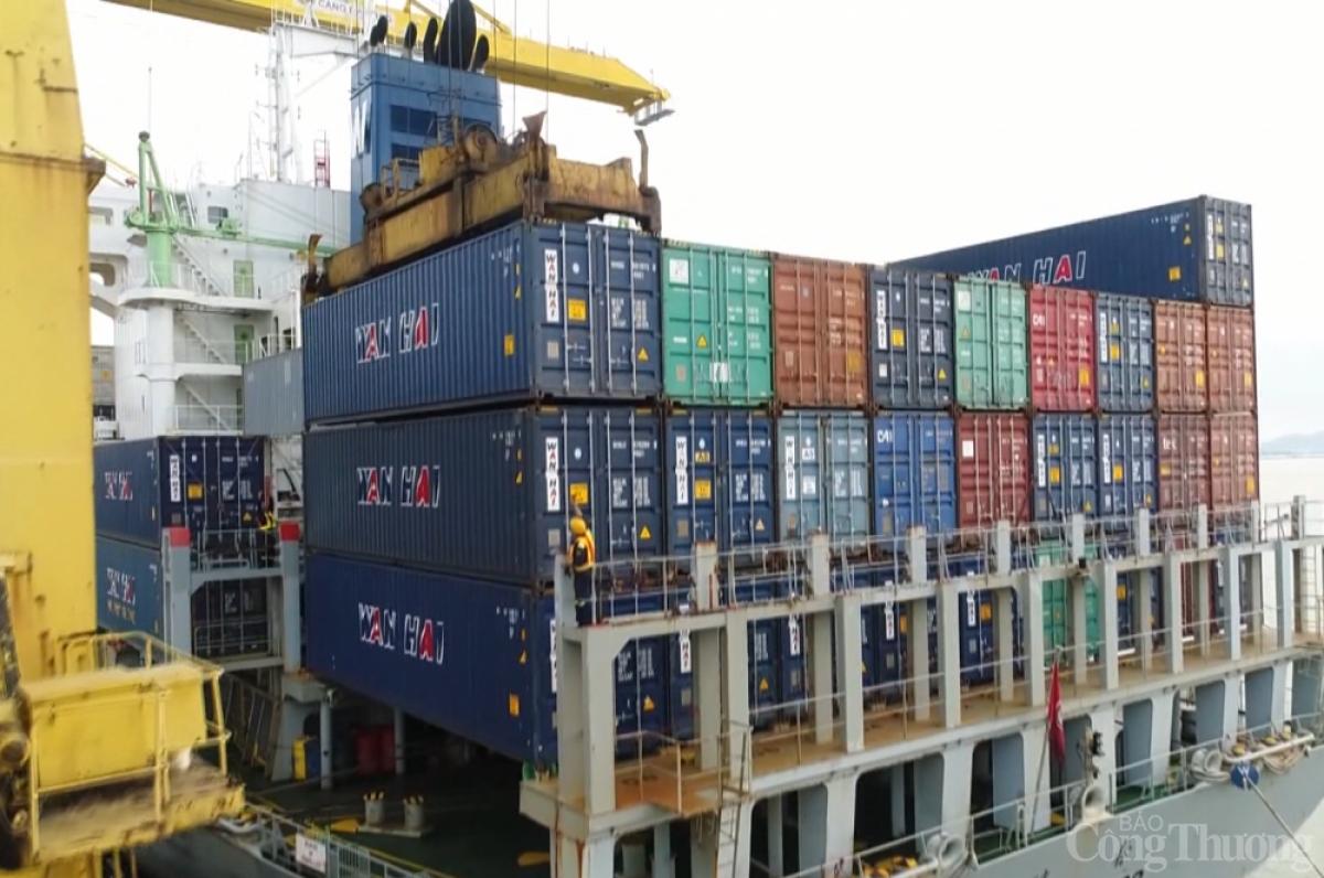 Tình trạng thiếu container rỗng đang khiến nhiều doanh nghiệp gặp khó. (Ảnh: Báo Công Thương)
