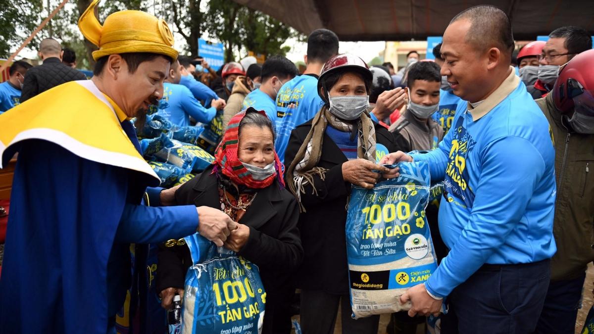Ông Đoàn Văn Hiểu Em (bên phải) trao gạo cho người dân Lệ Thuỷ Quảng Bình trong lễ khởi động Tết Sẻ Chia 2021 vào 13/1 vừa qua.
