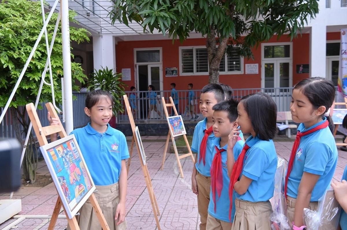 Các em học sinh Trường Phổ thông chất lượng cao Phượng Hoàng chia sẻ ý tưởng bên những bức tranh