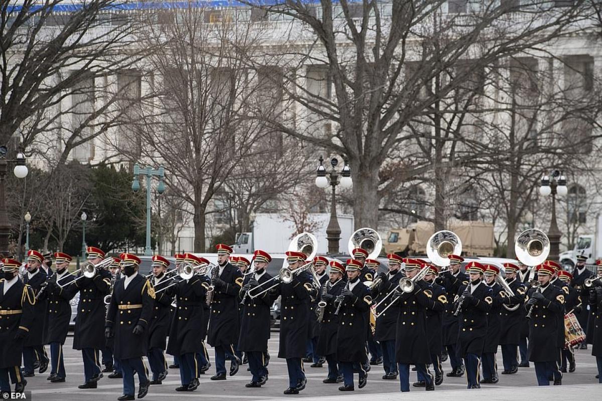 Các đội quân nhạc diễu hành qua Điện Capitol. Ảnh: EPA