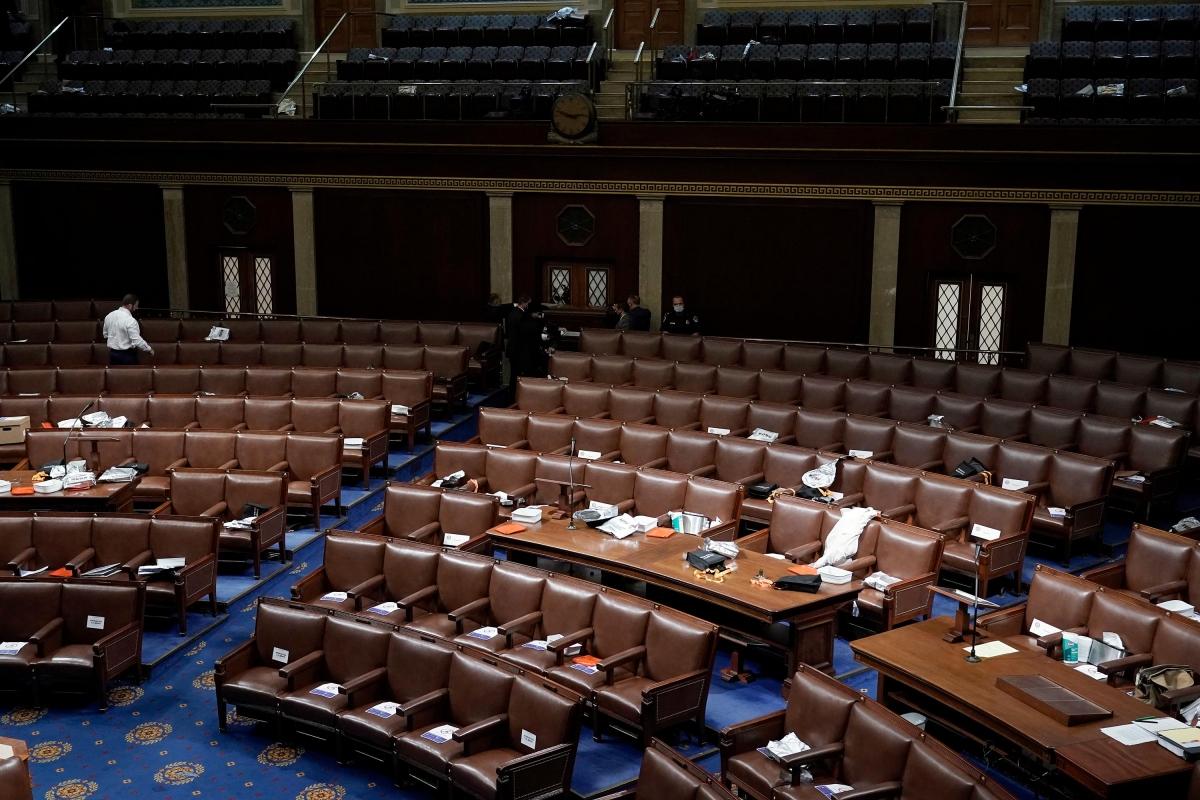 Các nghị sĩ đã được sơ tán sau khi người biểu tình tiến vào tòa nhà Quốc hội. Ảnh: AP.