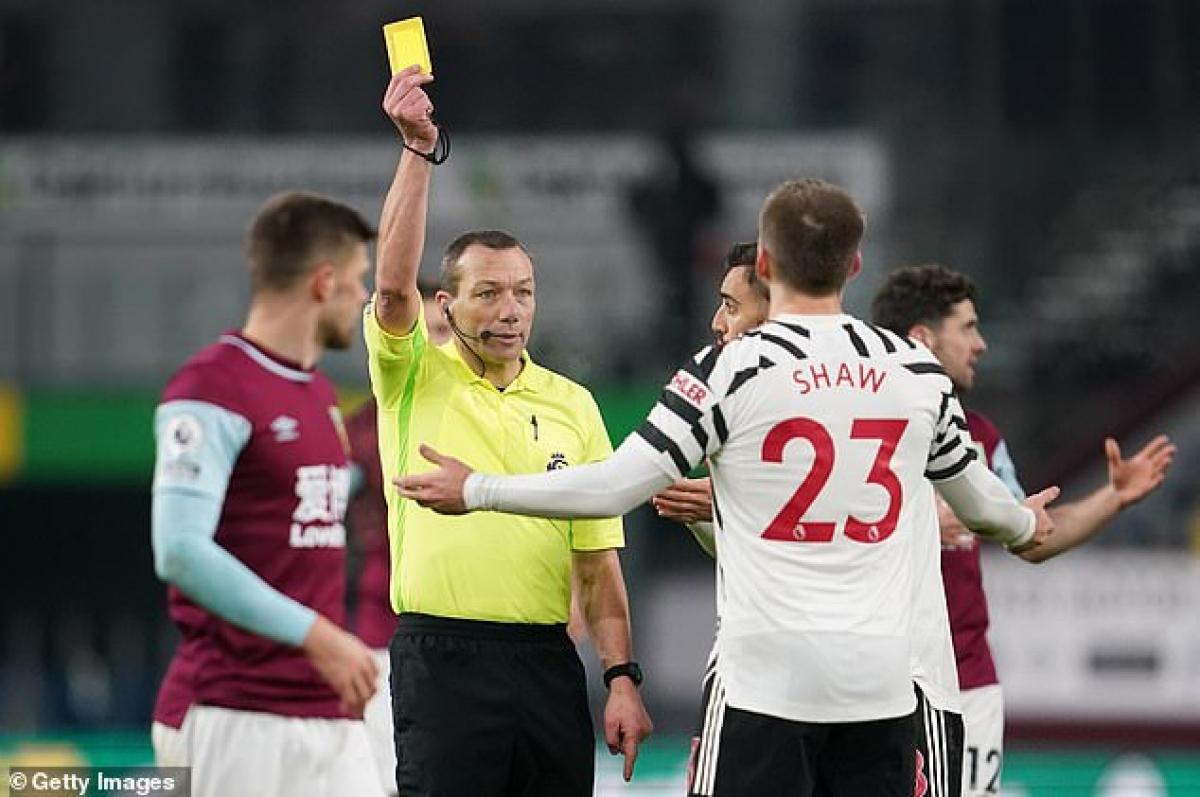 Chiếc thẻ vàng của Robbie Brady được xóa bỏ, thay vào đó là chiếc thẻ vàng cho Luke Shaw.