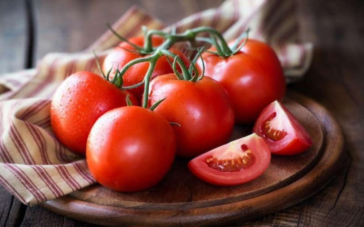 Cà chua: Cà chua cũng là thực phẩm chứa nhiều vitamin C và niacin giúp chống lão và làm cho làn da hồng hào và sáng bóng hơn theo thời gian.