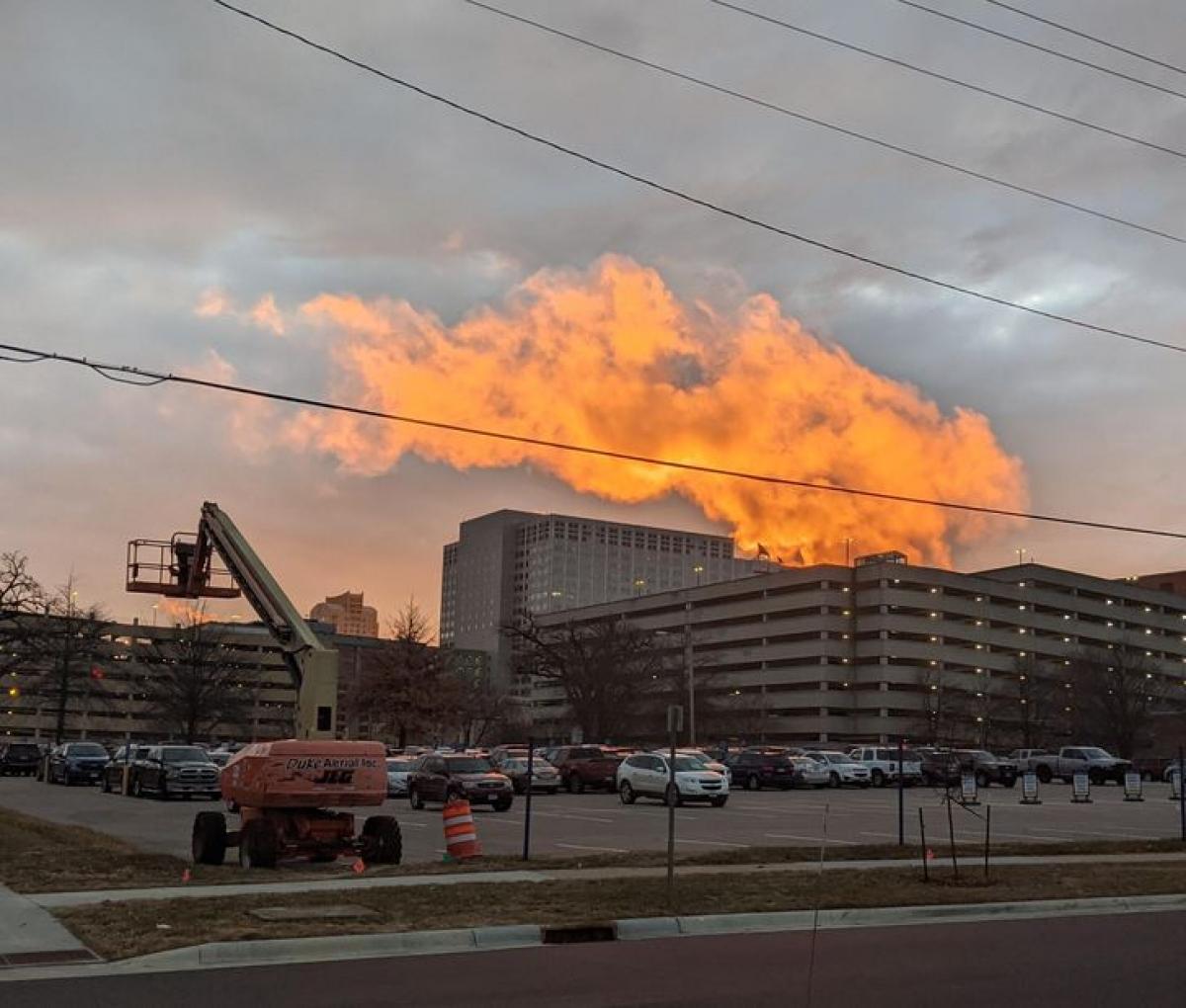 Đám mây kỳ lạ khiến cho toà nhà đằng xa trông như đang chìm trong vụ cháy lớn.