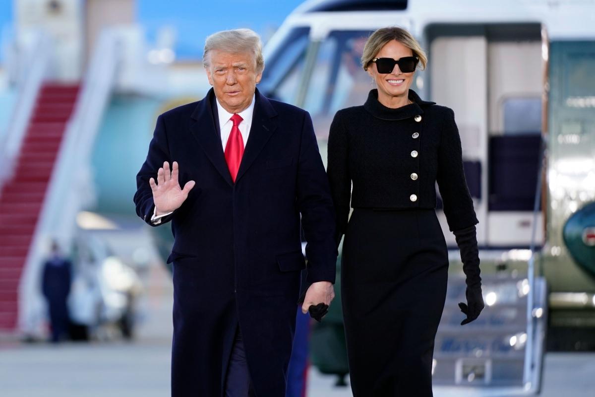 Bà Melania Trump và Tổng thống Donald Trump tại căn cứ không quânAndrews. Ảnh: AP.