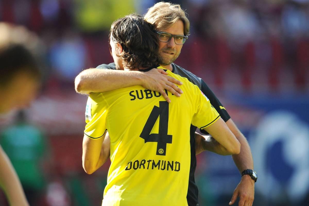 Trung vệ 32 tuổi từng là trụ cột giúp Dortmund hai lần vô địch Bundesliga và vào tới chung kết Champions League dưới thời HLV Jurgen Klopp.