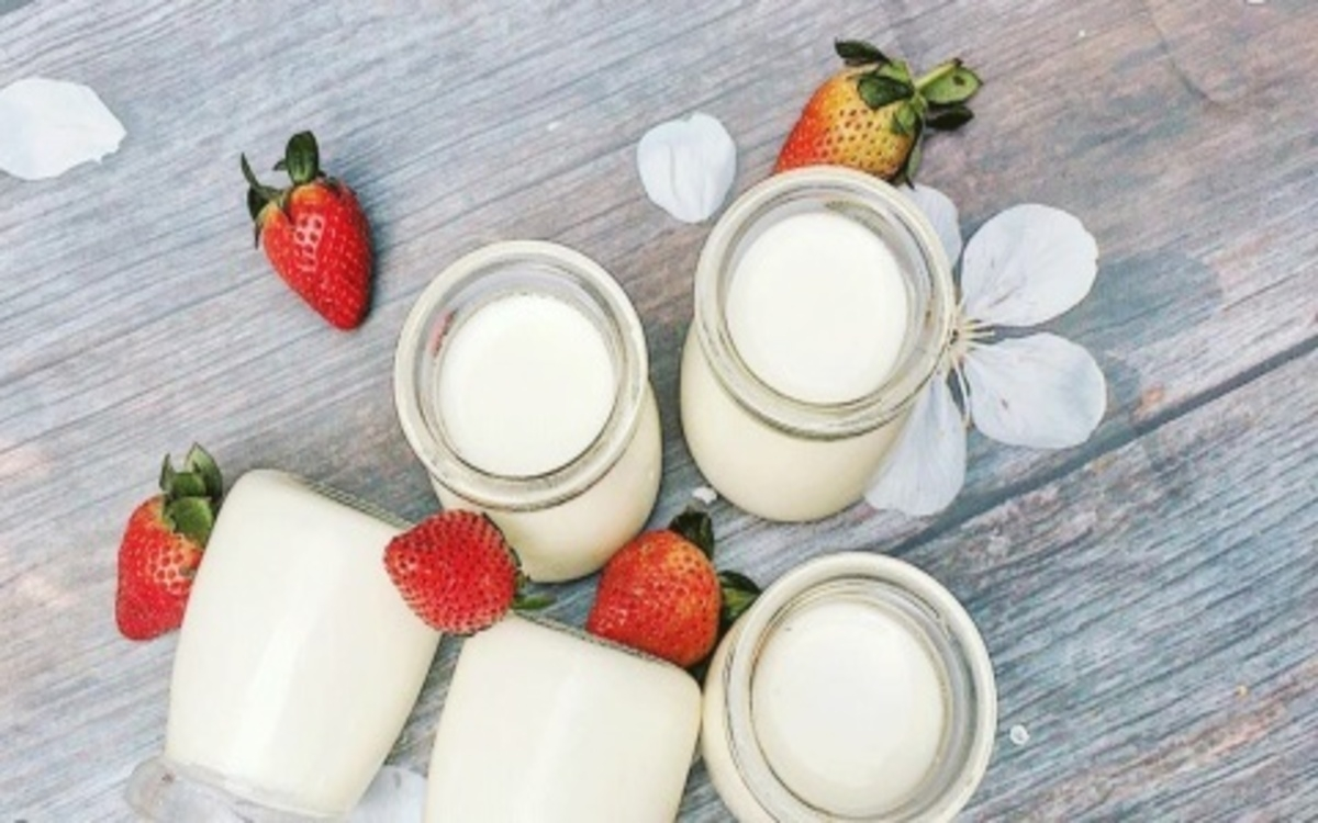 Sữa chua không đường: Sữa chua cung cấp protein, canxi, vitamin D, B6, B12, riboflavin, kali và magiê giúp tăng cường sức khỏe.