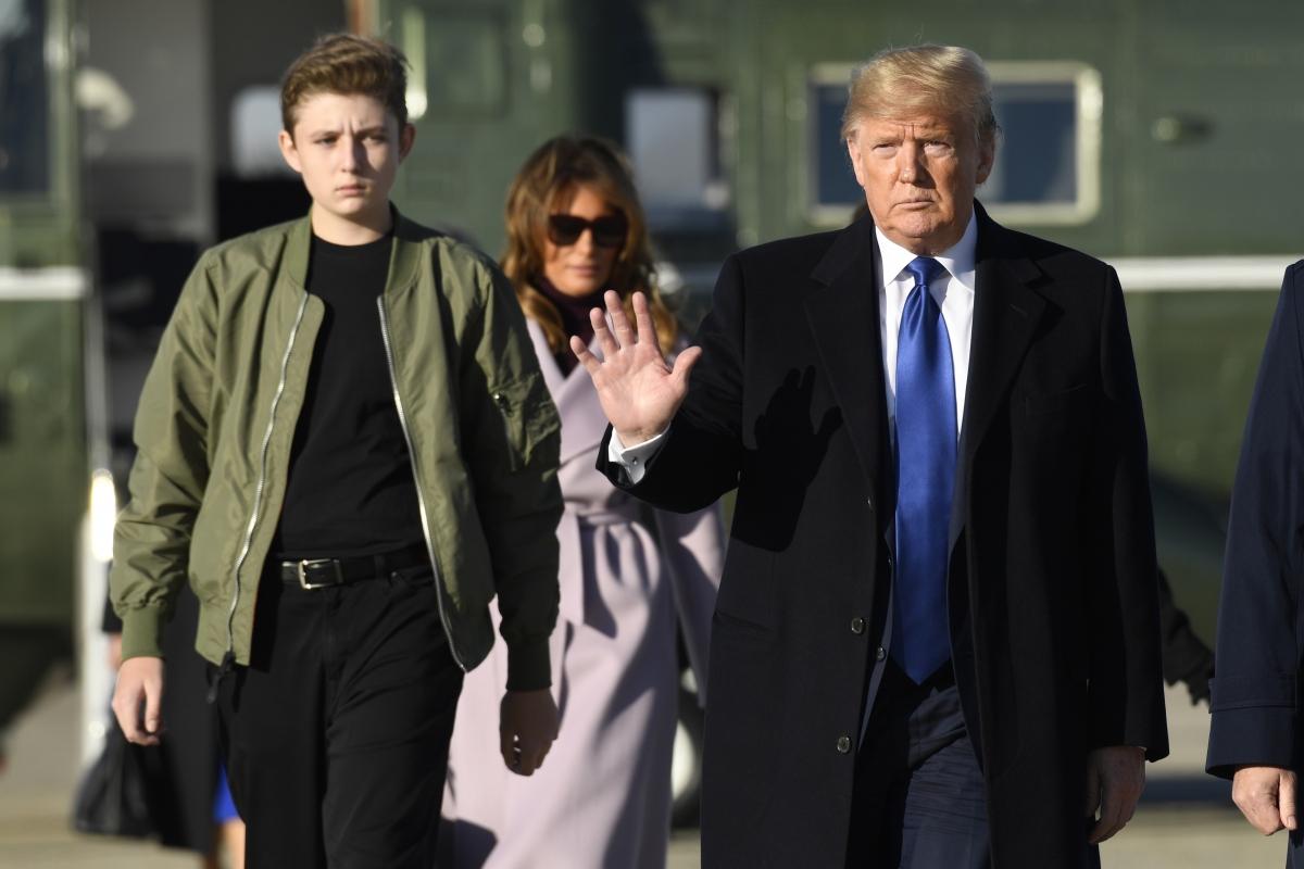 Barron Trump – con trai út của cựu Tổng thống Donald Trump luôn thu hút sự chú ý khi xuất hiện cùng cha mẹ. Ảnh: WKRG.