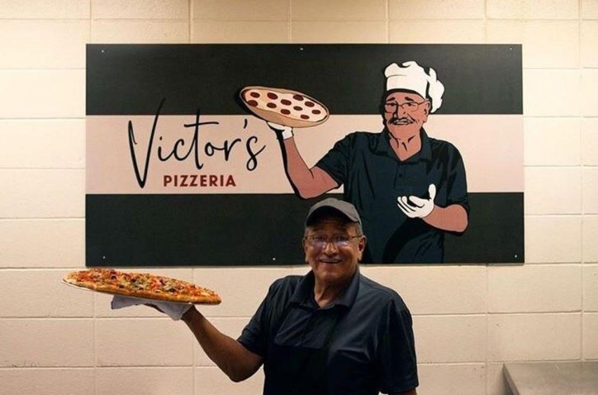Tấm biển tri ân người đầu bếp làm món pizza ở trường đại học. Hãy nhìn xem nụ cười đầy tự hào của ông ấy.