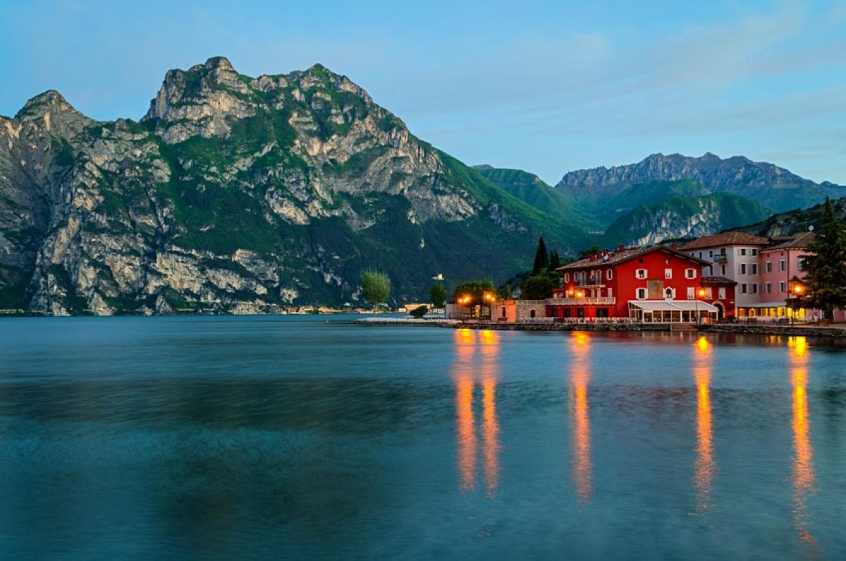 """Sản phẩm du lich """"Đạp xe quanh hồ Garda"""" - hồ lớn nhất của Italy sẽ ra mắt vào năm 2021, sau khi cung đường dài 140km bao quanh hồ được hoàn thiện. Hành trình này sẽ kết nối thông suốt với tuyến đạp xe xuyên châu Âu Eurovelo Route 7 và Eurovelo Route 8."""
