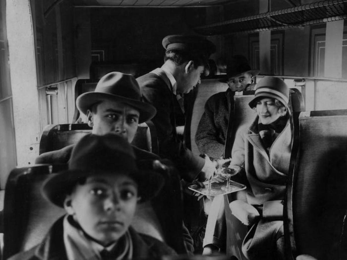 Chuyến bay đầu tiên phục vụ du khách được ghi nhận vào những năm 1920, mỗi chuyến bay thường không quá 20 hành khách. Khi đó, đi máy bay còn chậm hơn đi tàu hỏa, vì tốc độ thấp (khoảng 100mph) và phải dừng nhiều lần để tiếp nhiên liệu. Ngoài ra trong cabin khá lạnh và ồn ào khiến hành khách không mấy dễ chịu.