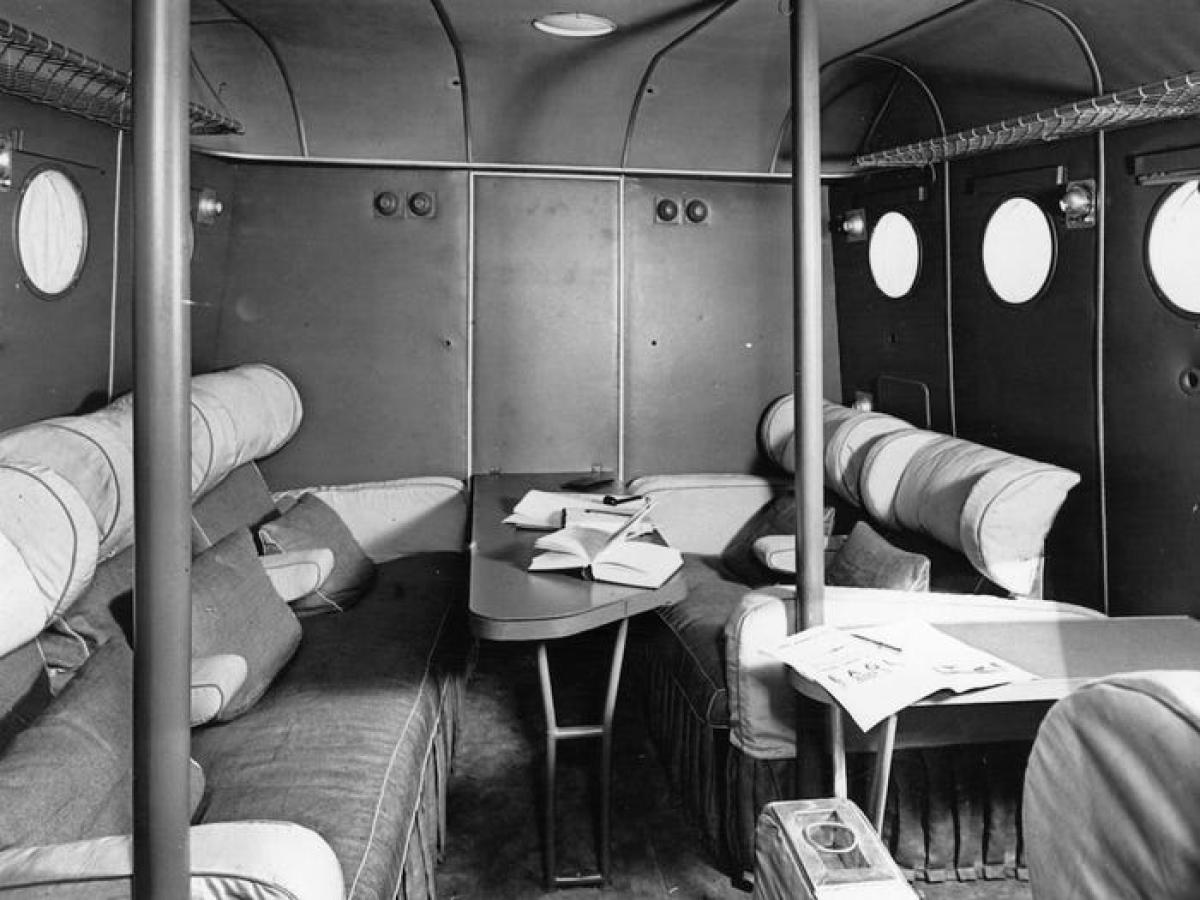 Tiếp viên hàng không bắt đầu xuất hiện vào những năm 1930. Cùng với sự phục vụ của tiếp viên, các chuyến bay cũng dần thoải mái, tiện nghi hơn với khả năng cách âm, ấm áp hơn và ghế ngồi được bọc vải, có tựa đầu. Trong ảnh là cabin của một chuyến bay dân dụng năm 1936.