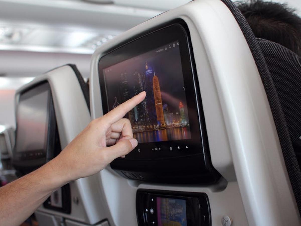 Những năm 2010, hành khách bắt đầu mong đợi những tiệc ích giải trí trên máy bay giống như những gì có dưới mặt đất, như TV, màn hình cảm ứng, bộ sạc USB... Giờ đây, hành khách sẽ phải chịu nhiều loại phí, như hành lý xách tay, chọn chỗ ngồi và hiếm khi có những bữa ăn miễn phí.