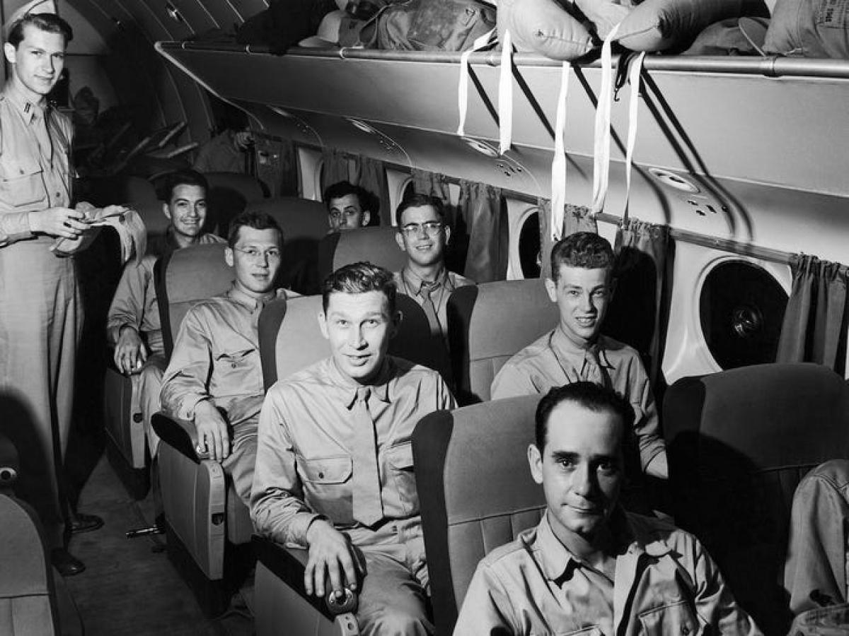 Giai đoạn 1940, ngành hàng không phát triển mạnh mẽ để phục vụ chiến tranh. Sau khi Thế chiến 2 kết thúc, ở Mỹ và châu Âu dư thừa nhiều máy bay, sân bay nên các chuyến bay thương mại bắt đầu được thúc đẩy trở lại. Các chuyến bay xuyên Đại Tây Dương, như chặng New York - London diễn ra hàng ngày. Trong ảnh: Một chuyến bay chở binh lính năm 1943.
