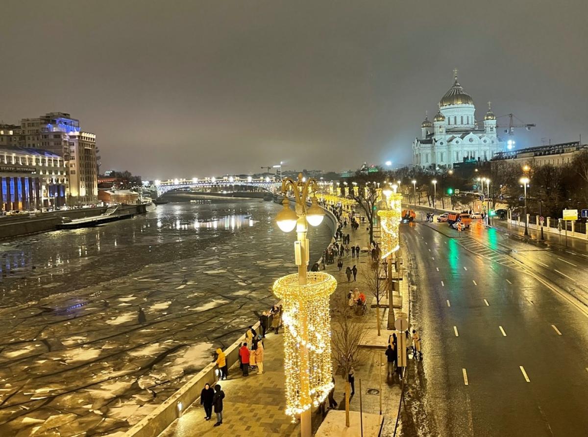 Người dân đi dạo ở bờ sông, gần nhà thờ Chúa Cứu thế, chờ xem pháo hoa.