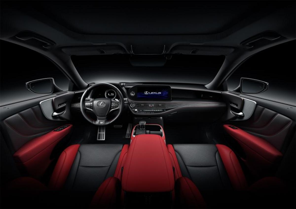 Giờ đây, phiên bản F Sport đã sở hữu mâm 20 inch hoàn thiện kim loại tối màu, nhãn F Sport, gói Lexus High Performance Brake, hệ thống lái phía sau năng động, tỷ số truyền biến thiên, hệ thống ổn định trước và sau chủ động, cụm công cụ kỹ thuật số 8.0 inch kiểu LFA, bọc da ghế và trang trí, và 10 túi khí.