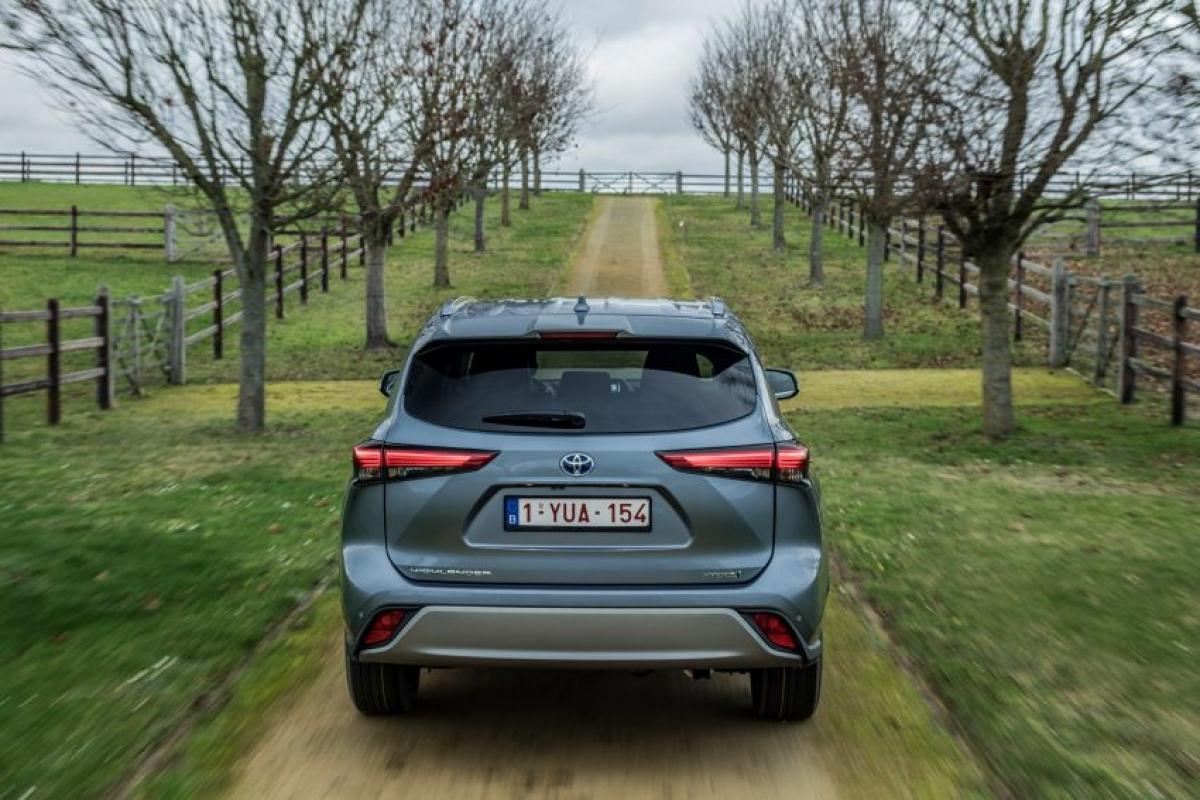 Cả 2 động cơ đều sử dụng năng lượng từ bộ pin hydrua niken-kim loại 6.5 Ah và có thể giúp chiếc Highlander đạt vận tốc 125 km/h chỉ với động cơ điện, sau đó động cơ 2.5 L sẽ giúp xe đạt vận tốc 180 km/h; khả năng tăng tốc từ 0-100 km/h trong 8,3 giây. Toyota tuyên bố mức tiêu thụ nhiên liệu kết hợp của xe chỉ ở mức 6,6 L/100 km theo chu trình WLTP cùng mức khí thải CO2 149 g/km.