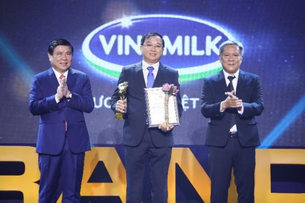 """Ông Lê Thành Liêm, Giám đốc Điều hành Vinamilk đại diện Công ty nhận Danh hiệu """"Thương hiệu vàng TP.HCM 2020"""" ngay trong lần đầu tiên tổ chức xét chọn."""