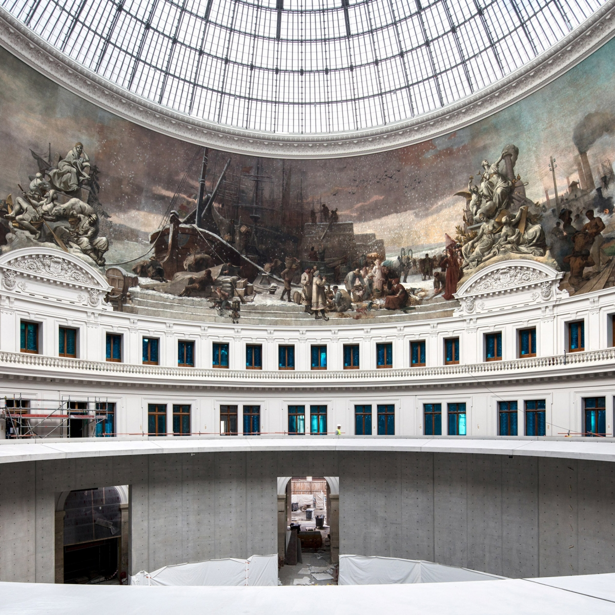Không thể không kể đến công trình Bourse de Commerce tại Pháp của kiến trúc sư Tadao Ando. Tòa nhà vốn là một sàn giao dịch chứng khoán từ thế kỷ 18 được chuyển đổi thành phòng trưng bày nghệ thuật đương đại. Tòa nhà có cấu trúc bê tông hình tròn với mái vòm cầu kính.