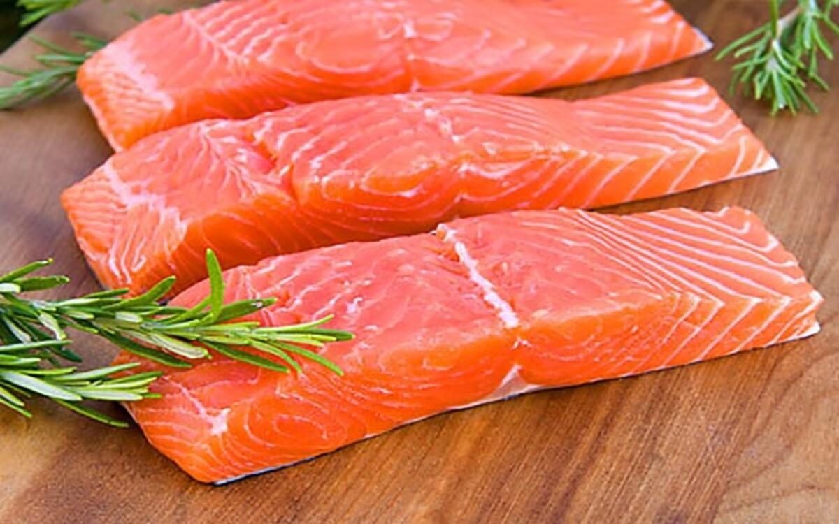 Cá dầu: Các loại cá nước lạnh như cá hồi, cá thu và cá mòi có chứa chất béo tốt giúp giảm viêm và tăng cường chức năng miễn dịch.