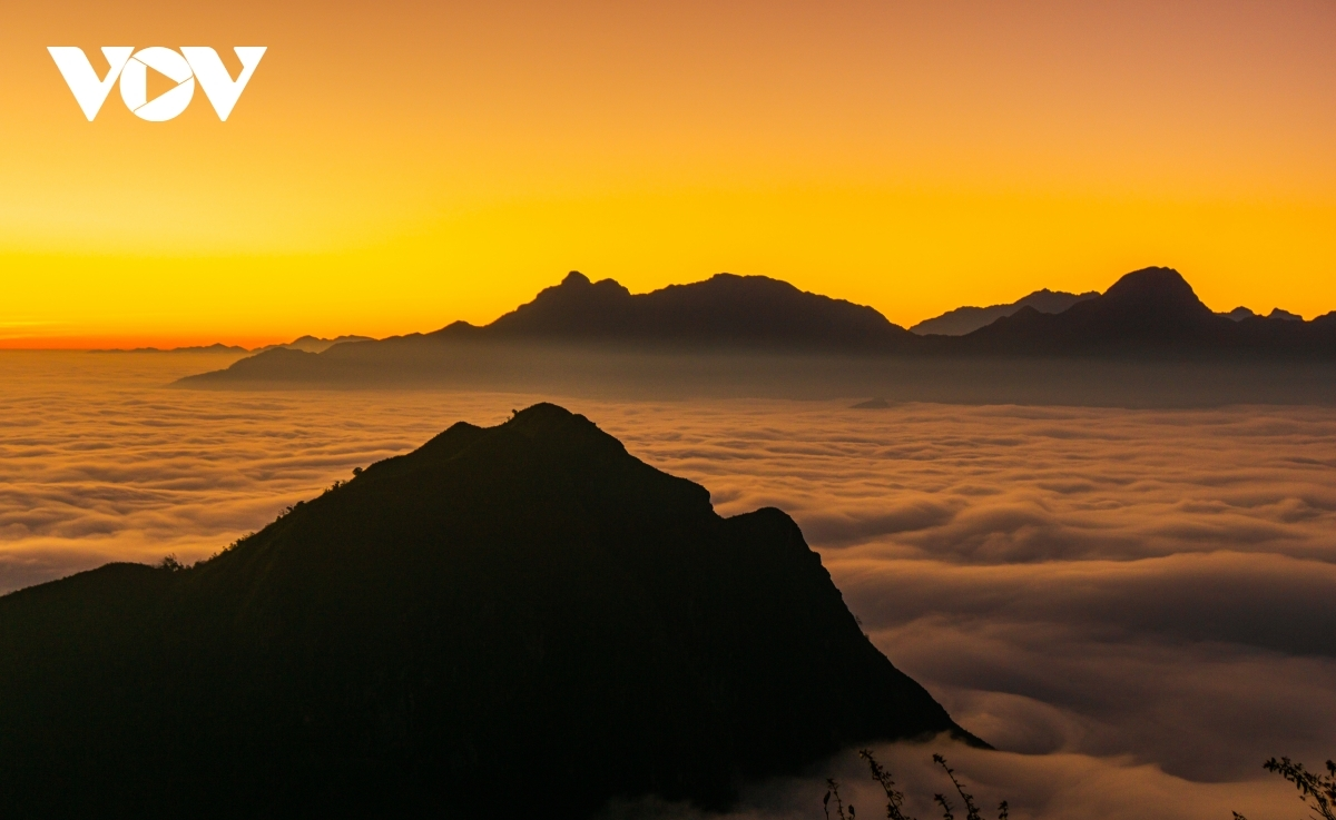 At a height of 2,000 metres, successfully trekkers can enjoy a breathtaking view of the surrounding scenery from Muoi mountain.