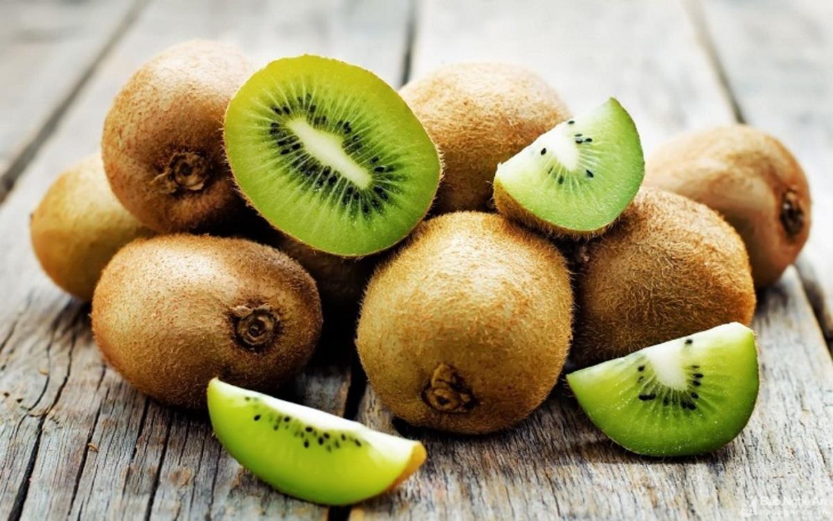 Quả Kiwi: Kiwi rất giàu vitamin C hỗ trợ sản xuất melanin, ngăn ngừa sắc tố, giữ cho làn da sáng và giúp loại bỏ các đốm đen trên da như tàn nhang, nám.