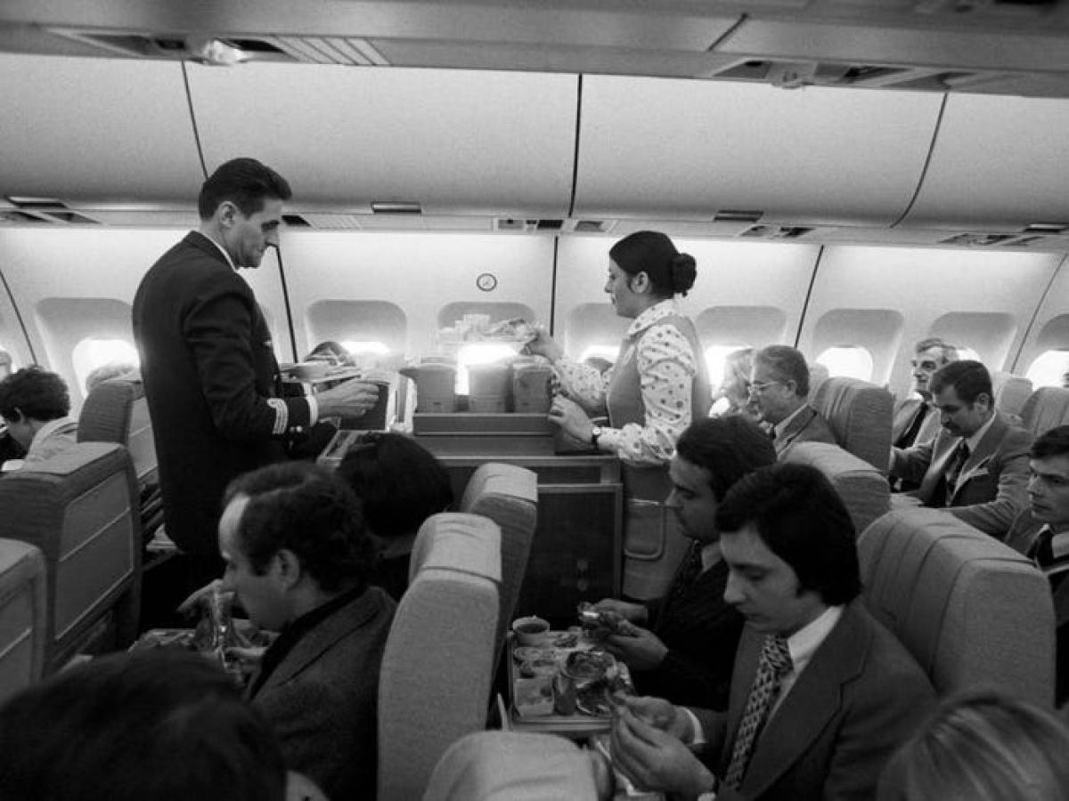 Đến thập niên 70, các máy bay có thể chở số lượng lớn hành khách và giá vé bắt đầu hợp lý hơn. Các máy bay lớn hơn, khá rộng rãi, thậm chí hãng American Airlines còn bố trí không gian piano ở đuôi máy bay Boeing 747. Vì lượng khách lớn nên việc kiểm tra an ninh bắt đầu được áp dụng từ năm 1973, tuy nhiên vẫn chưa nghiêm ngặt như ngày nay. Trong ảnh: Chuyến bay từ Paris đến Marseille (Pháp) năm 1976.