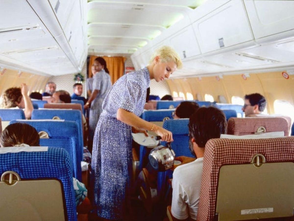 Đến những năm 1980, hành khách vẫn có thể hút thuốc trên máy bay, gửi bao nhiêu hành lý tùy thích thậm chí được phép ghé thăm buồng lái. Hãng Continental Airlines (sau này là United Airlines) còn mang cả quán rượu lên máy bay, với quầy bar, những chiếc bàn tròn và ghế xoay. Trong ảnh: Chuyến bay từ Madrid đến Barcelona (Tây Ban Nha) năm 1986.