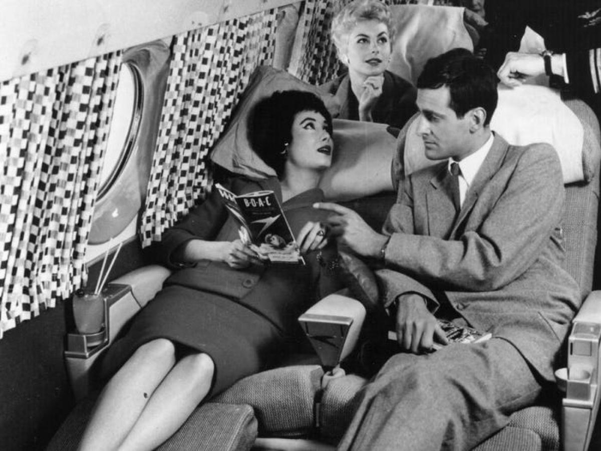 Thập kỷ 50 của thế kỷ 20 được coi là thời hoàng kim của ngành hàng không. Giá vé máy bay khá đắt đỏ, tuy nhiên hành khách cũng có những trải nghiệm đáng giá. Những chuyến bay như một thú vui xa xỉ, mọi người đều mặc những bộ đồ sang trọng và thưởng thức tôm hùm, bò nguyên tảng hay sườn nướng hạng nhất...