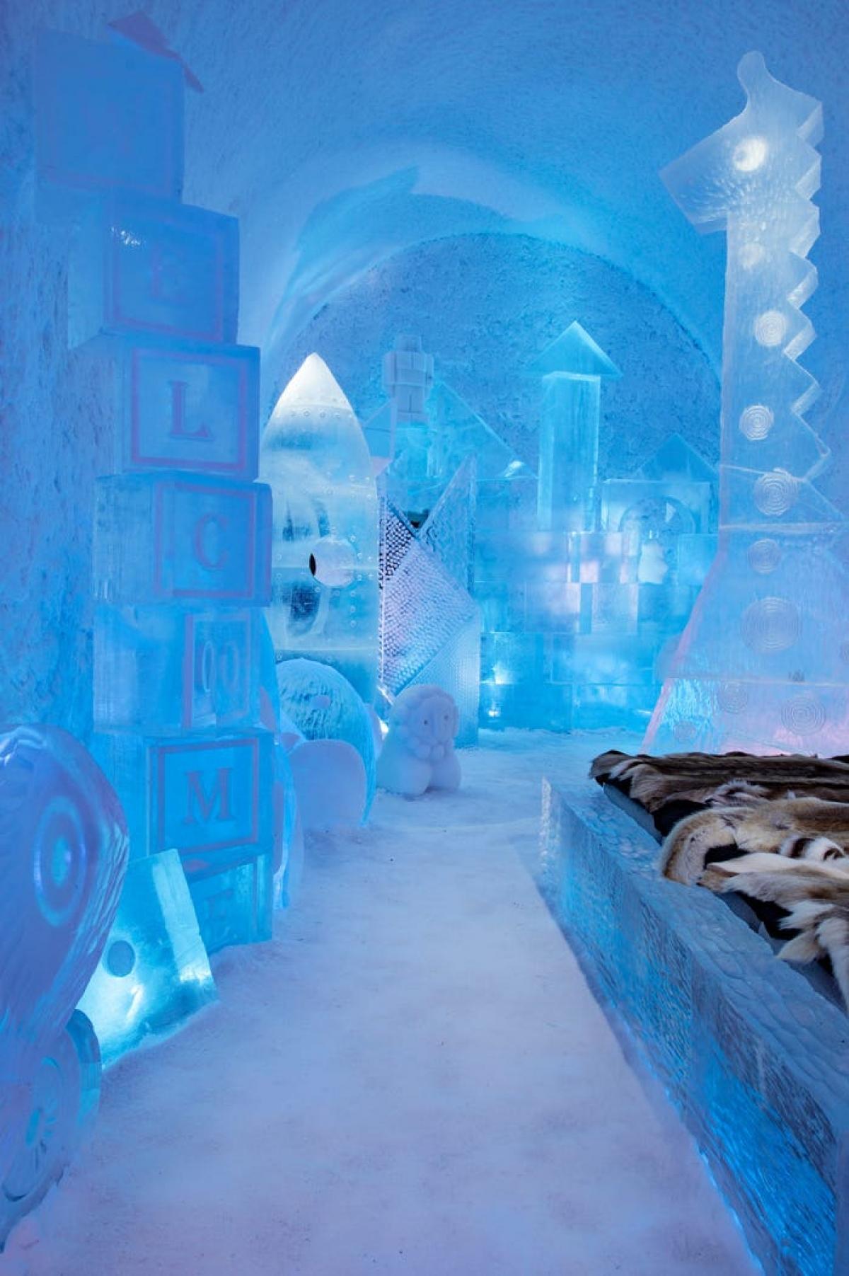 Phòng Toybox mang du khách trở về ký ức tuổi thơ, với các khối chữ cái, tượng các con vật. Những hình thù sinh động khiến khách tham quan cảm thấy như những đứa trẻ lạc vào khu vườn cổ tích mộng mơ.