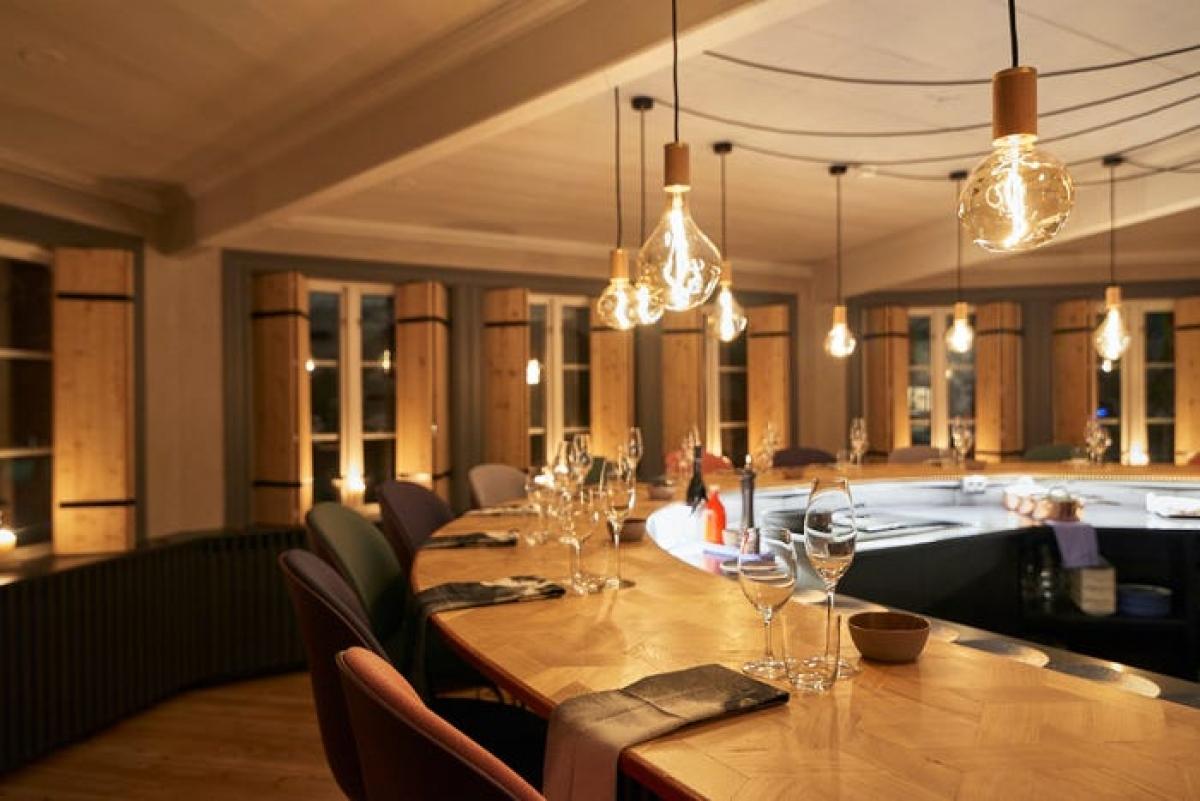 Ngoài những căn phòng lạnh giá, khách sạn cũng có những nhà hàng ấm cúng, phục vụ các món ăn nóng sốt. Ẩm thực ở đây mang đậm phong cách vùng cực, như món thịt viên Thụy Điển, tuần lộc áp chảo hay các loại cá tươi ngon. Các đầu bếp sẽ chế biến ngay trước mặt du khách.
