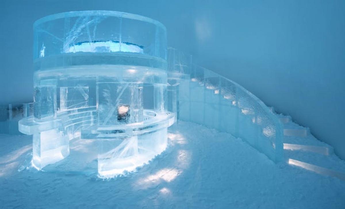 Khách sạn có một quầy bar làm từ băng - nơi du khách có thể thư giãn với cocktail phục vụ trong những chiếc ly lạnh giá, với sàn nhà phủ đầy tuyết. Ngoài ra, du khách có thể đăng ký thêm các hoạt động trải nghiệm như học điêu khắc băng, ngồi xe trượt tuyết chó kéo hay thử thách bản thân với nghi thức ngâm mình trong trong làn nước lạnh buốt.