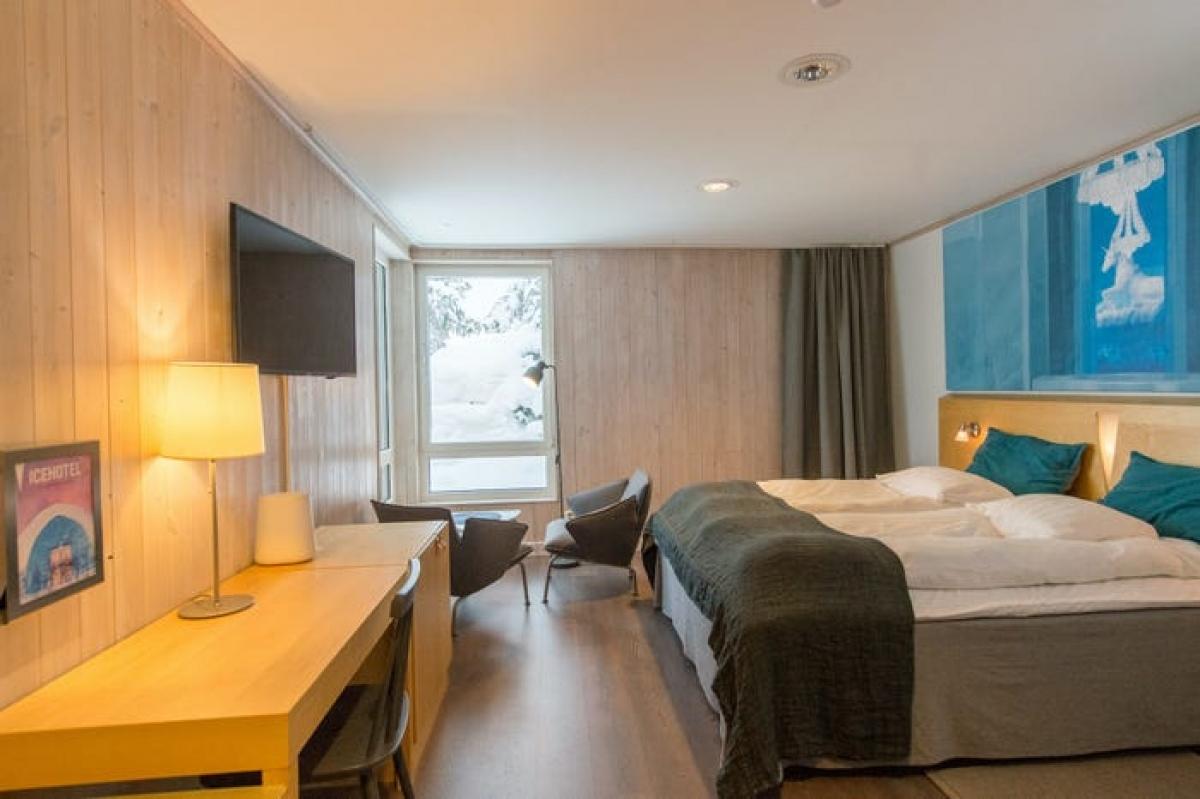 Giá một đêm cho căn phòng ấm áp tại đây khoảng hơn 170 USD. Trong bối cảnh dịch bệnh Covid-19, khách sạn vẫn thường xuyên làm sạch và khử trung các bề mặt, tăng cường giãn cách xã hội và hạn chế số lượng người để tránh tụ tập quá đông. Trong bối cảnh hoạt động du lịch quốc tế bị đình trệ, khách sạn Icehotel cung cấp cả trải nghiệm thực tế ảo cho du khách trên Instagram ./.