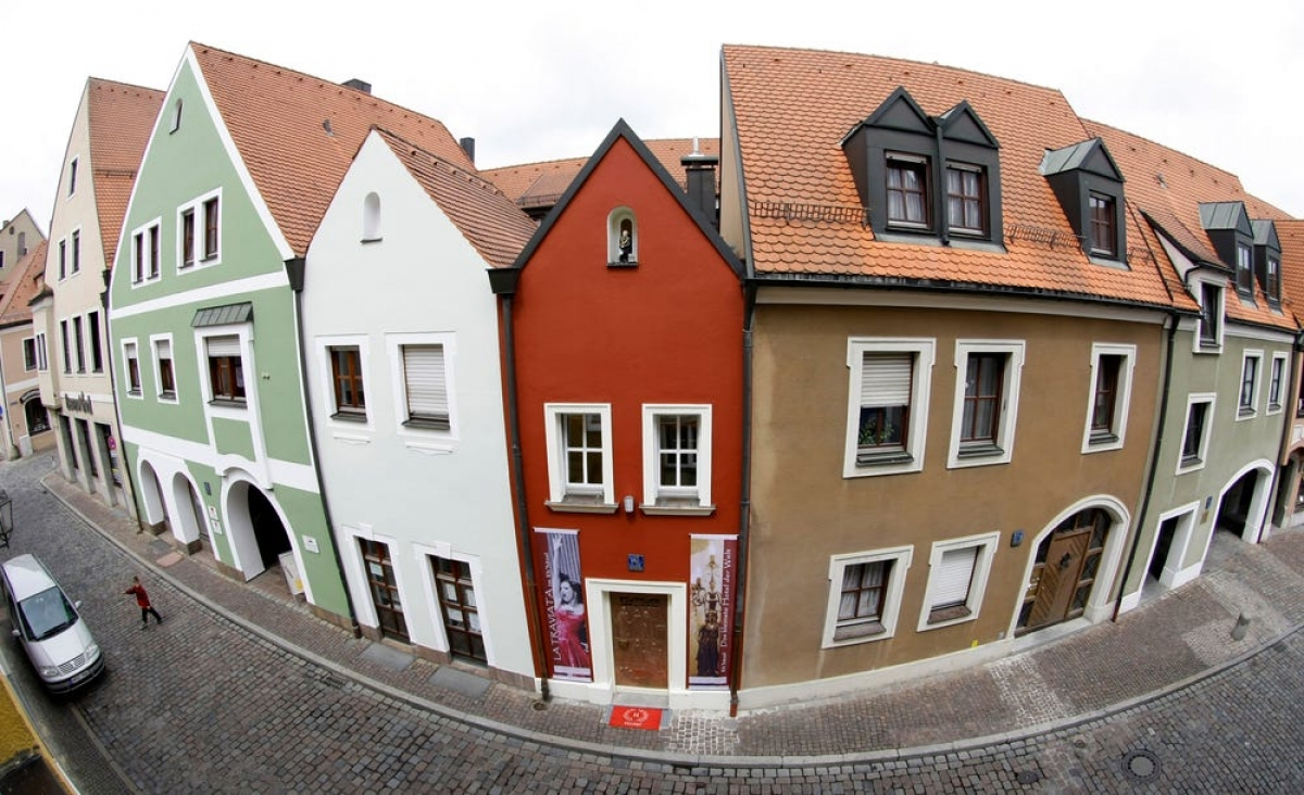 """Khách sạn Eh'Haeusl tại Amberg, Đức có chiều ngang chưa đến 2,5m. Ngôi nhà gốc được xây vào năm 1728, đến năm 2008 được sửa sang lại thành một khách sạn. Cái tên Eh'Haeusl có nghĩa là """"ngôi nhà hôn nhân""""."""