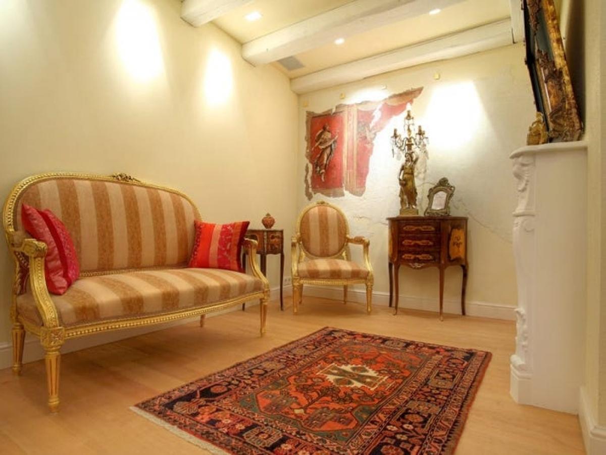 Tầng kế tiếp là một không gian ấm áp với một chiếc lò sưởi. Khu vực này có lẽ phù hợp cho việc trò chuyện hoặc đọc sách.