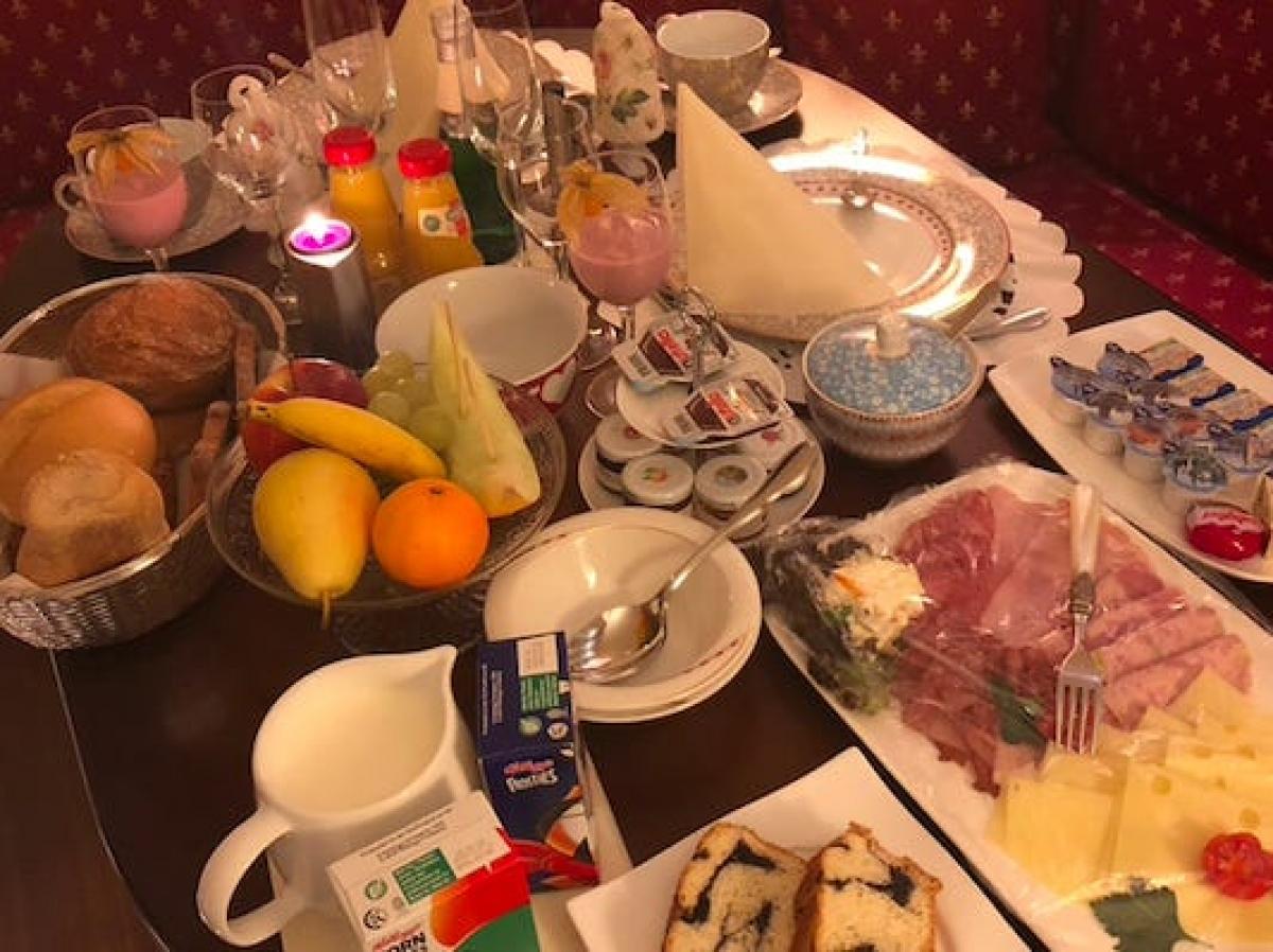"""Bữa sáng sẽ được chuẩn bị tại khu bếp ở dưới tầng hầm (du khách không được phép xuống khu vực này). Ngoài thời gian này, du khách gần như """"bao trọn"""" toàn bộ khách sạn."""