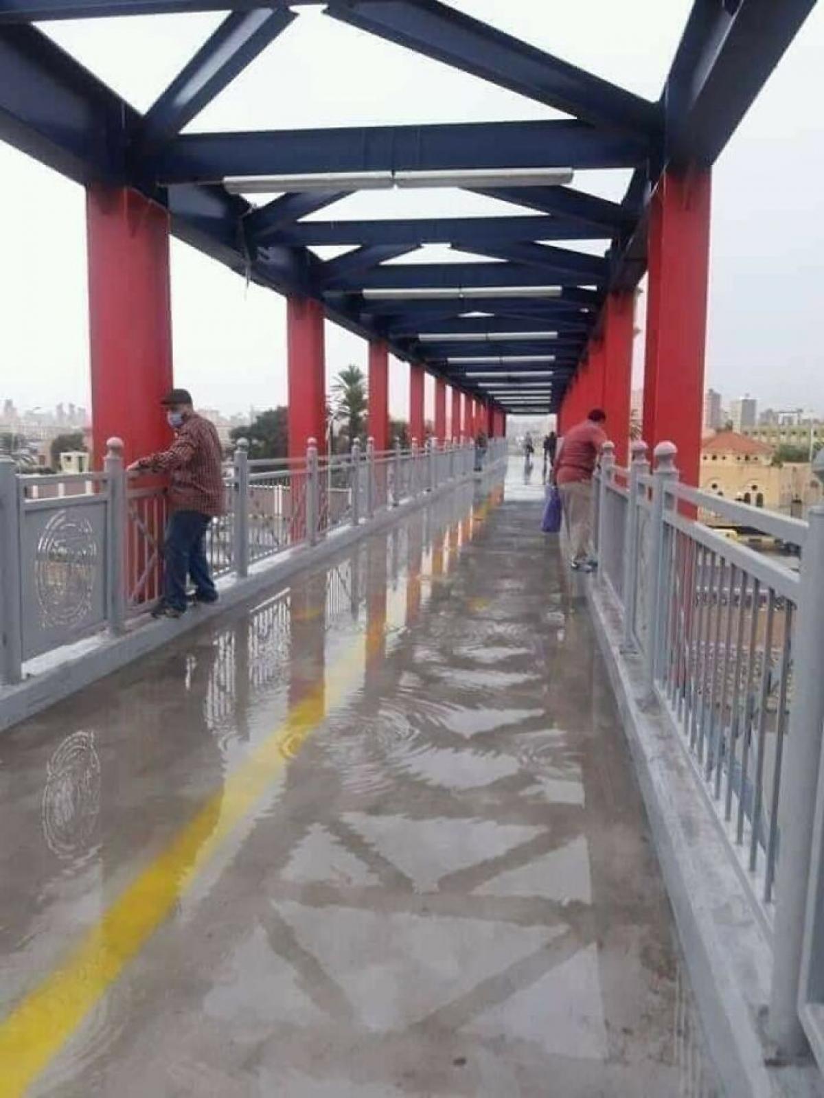 Cây cầu quên thiết kế lỗ thoát nước.