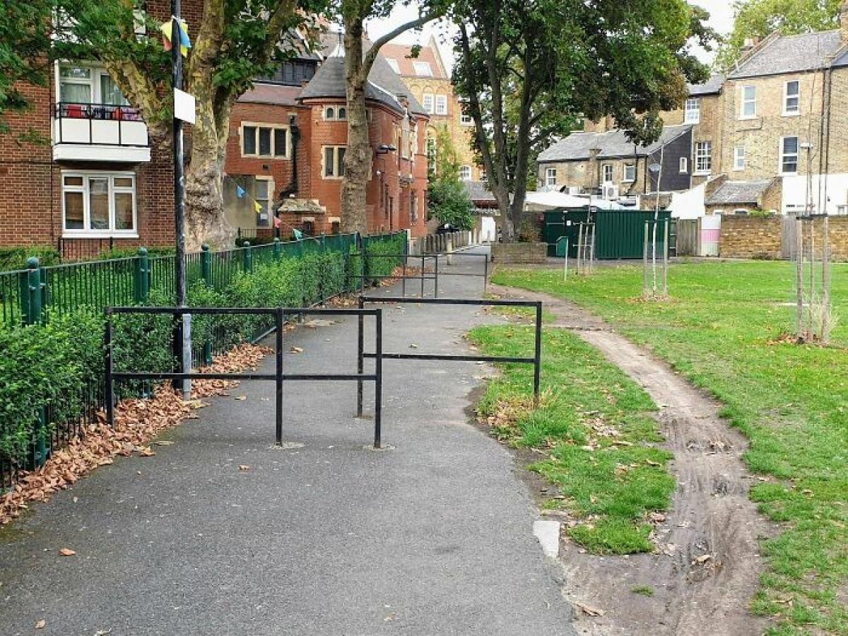 Người ta đã dựng lên các rào chắn này để ngăn không cho xe đạp đi vào, và con đường bên cạnh ra đời để chứng minh mấy tấm chắn này hoàn toàn vô tác dụng.