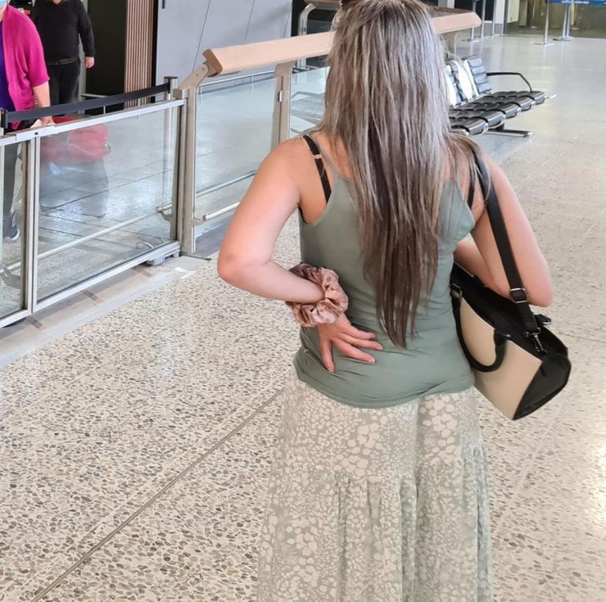 Cô gái trông như chỉ có phần thân trên bởi bộ váy dễ lẫn với nền gạch./.