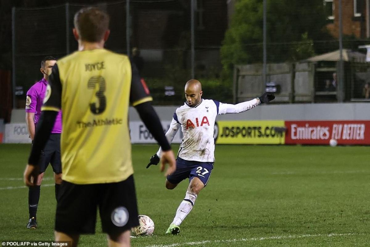 Lucas Moura ghi bàn từ pha đá phạt kỹ thuật.