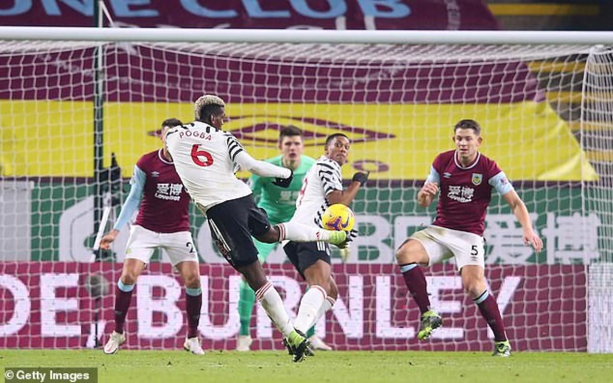 Trận này MU rất vất vả mới có được chiến thắng 1-0 trước Burnley nhờ cú volley của Paul Pogba ở phút 71, qua đó chiếm ngôi đầu Premier League của Liverpool.