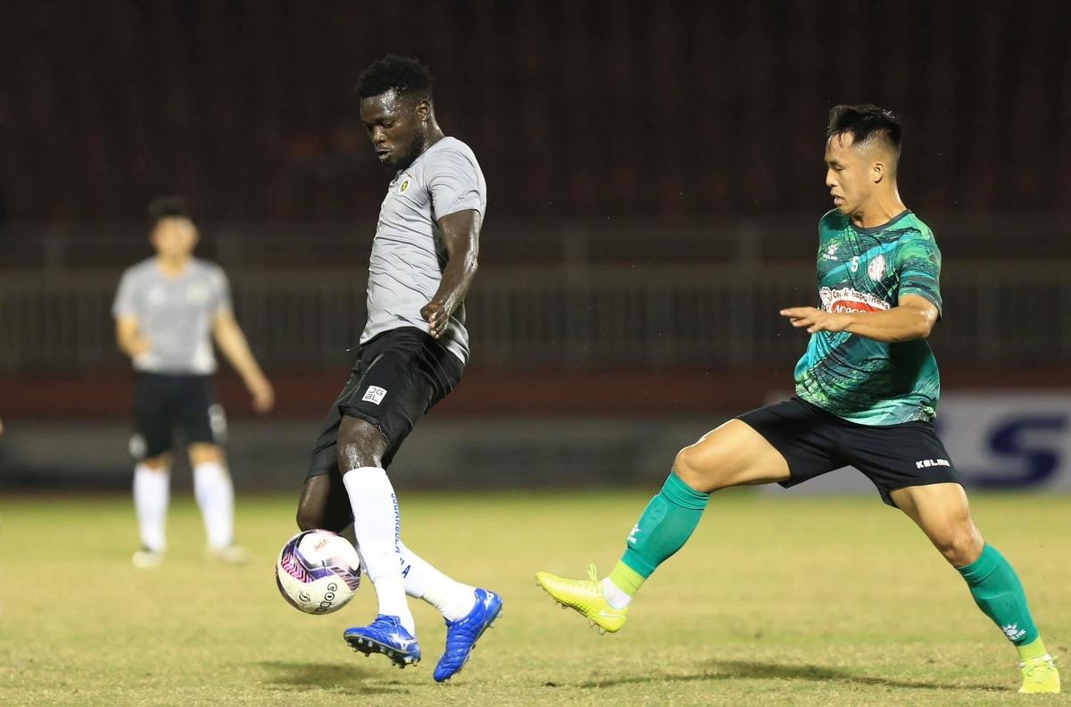 Tiền vệ: Moses Oloya