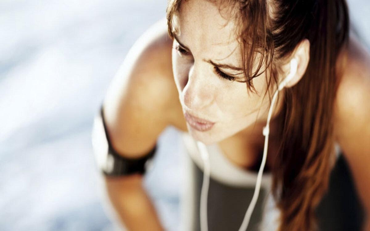 Tập luyện cho ra thật nhiều mồ hôi: Việc cố tập để cơ thể ra nhiều mồ hôi sẽ khiến cơ thể bị mất nước và dễ bị cảm lạnh.
