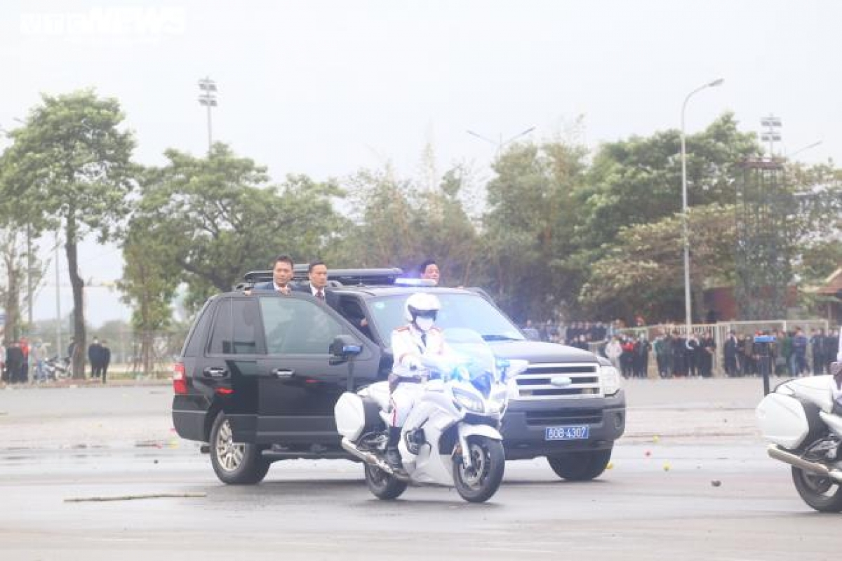 Hàng chục cảnh vệ mặc vest đen đi trên hai xe Ford chạy song song và luôn mở hai cánh cửa trước. Lực lượng cảnh vệ được tuyển chọn để bảo vệ khách mời và nguyên thủ đều trải qua nhiều bài sát hạch về sức khỏe, bản lĩnh và hầu hết cao 1,8m.