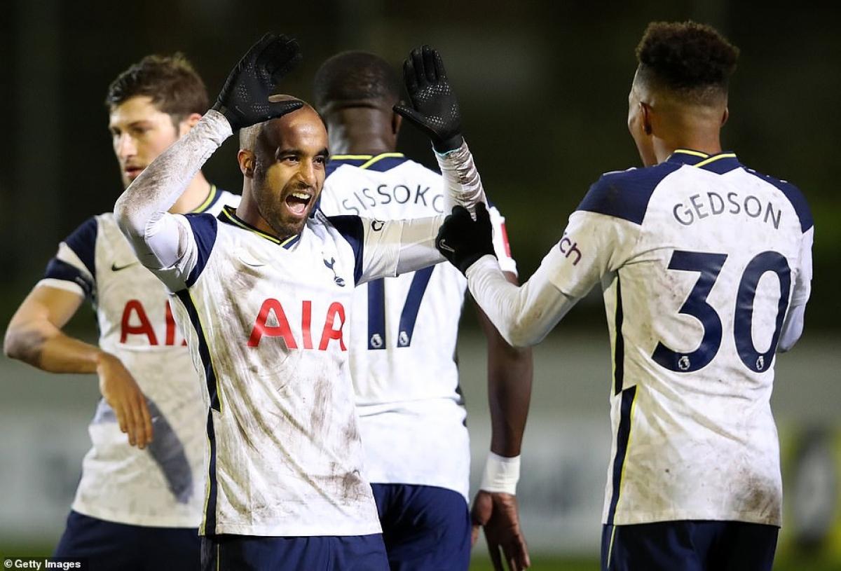 Người đồng hương Brazil của Carlos Vinicius là Lucas Moura nâng tỷ số lên 3-0 cho Tottenham ở phút 32.